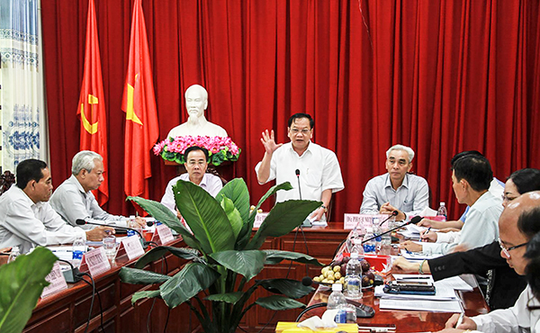 Đồng chí Trần Quốc Trung, Bí thư Thành ủy phát biểu chỉ đạo tại cuộc họp.