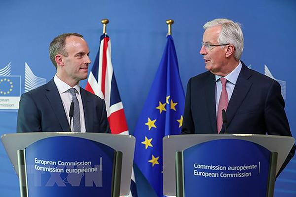 Bộ trưởng phụ trách Brexit của Anh Dominic Raab (trái) và trưởng đoàn đàm phán Brexit của EU Michel Barnier. Ảnh: AFP