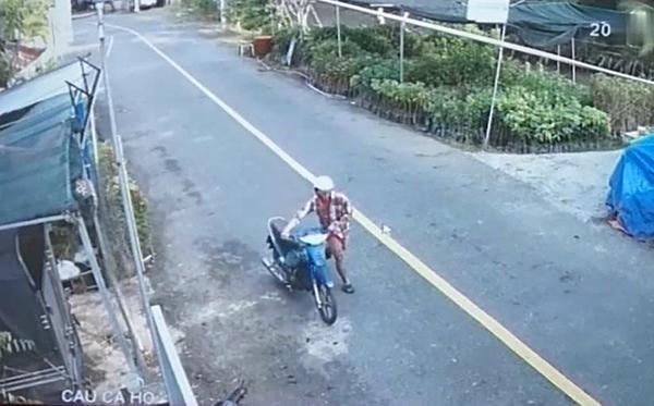 Đối tượng Đời đang trộm xe của anh Công (hình ảnh trích xuất từ camera). Ảnh công an cung cấp