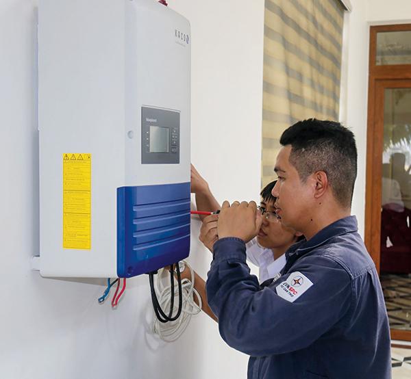 Cán bộ kỹ thuật PC Cần Thơ kiểm tra hệ thống điện năng lượng mặt trời hòa lưới của một hộ gia đình trên địa bàn quận Ninh Kiều. Ảnh: M.HOA