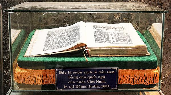 Cuốn sách in chữ Quốc ngữ đầu tiên được lưu giữ kỹ lưỡng tại nhà thờ Mằng Lăng. Ảnh: MIÊN HẠ