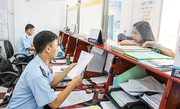 Khai báo xuất nhập khẩu tại  Cục Hải quan TP Cần Thơ. Ảnh: KHÁNH NAM