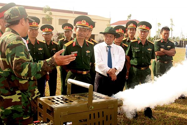 Bí thư Thành ủy Trần Quốc Trung, Ủy viên Trung ương Đảng, và thủ trưởng Bộ Chỉ huy Quân sự TP Cần Thơ tham quan các mô hình sáng kiến trong Lễ ra quân huấn luyện năm 2018.