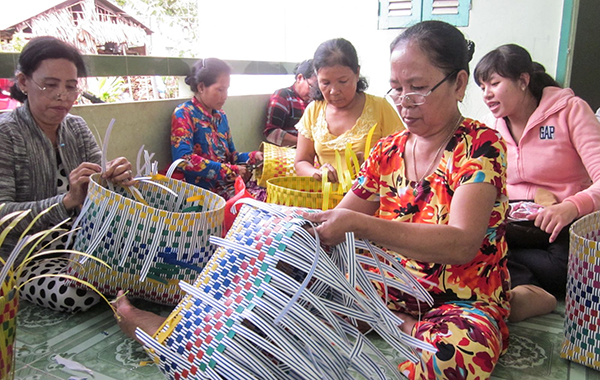 Lớp dạy nghề đan giỏ dây nhựa cho người dân tộc Khmer phường Trường Lạc, quận Ô Môn. Ảnh: ANH PHƯƠNG