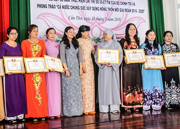 Bà Võ Kim Thoa, Phó Chủ tịch Thường trực Hội LHPN thành phố chúc mừng, biểu dương Ni sư Thích nữ Chơn Như nhân dịp sơ kết 2 năm thực hiện Chỉ thị 05 của Bộ Chính trị. Ảnh: QUỲNH LAM
