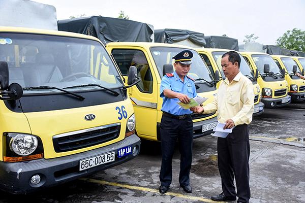 Thanh tra Sở Giao thông vận tải TP Cần Thơ kiểm tra giấy tờ, thiết bị kỹ thuật xe ô tô tập lái của Trung tâm Dạy nghề lái xe Chiến Thắng. Ảnh: X.ĐÀO