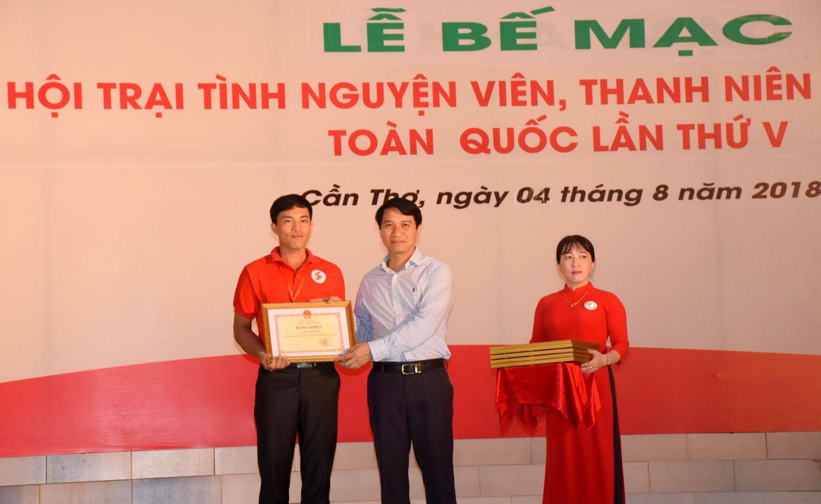 Ông  Nguyễn Ngọc Lượng, Bí thư Trung ương Đoàn Thanh niên Cộng sản Hồ Chí Minh trao Bằng khen của Trung ương Đoàn cho 60 TNV tiêu biểu toàn quốc.