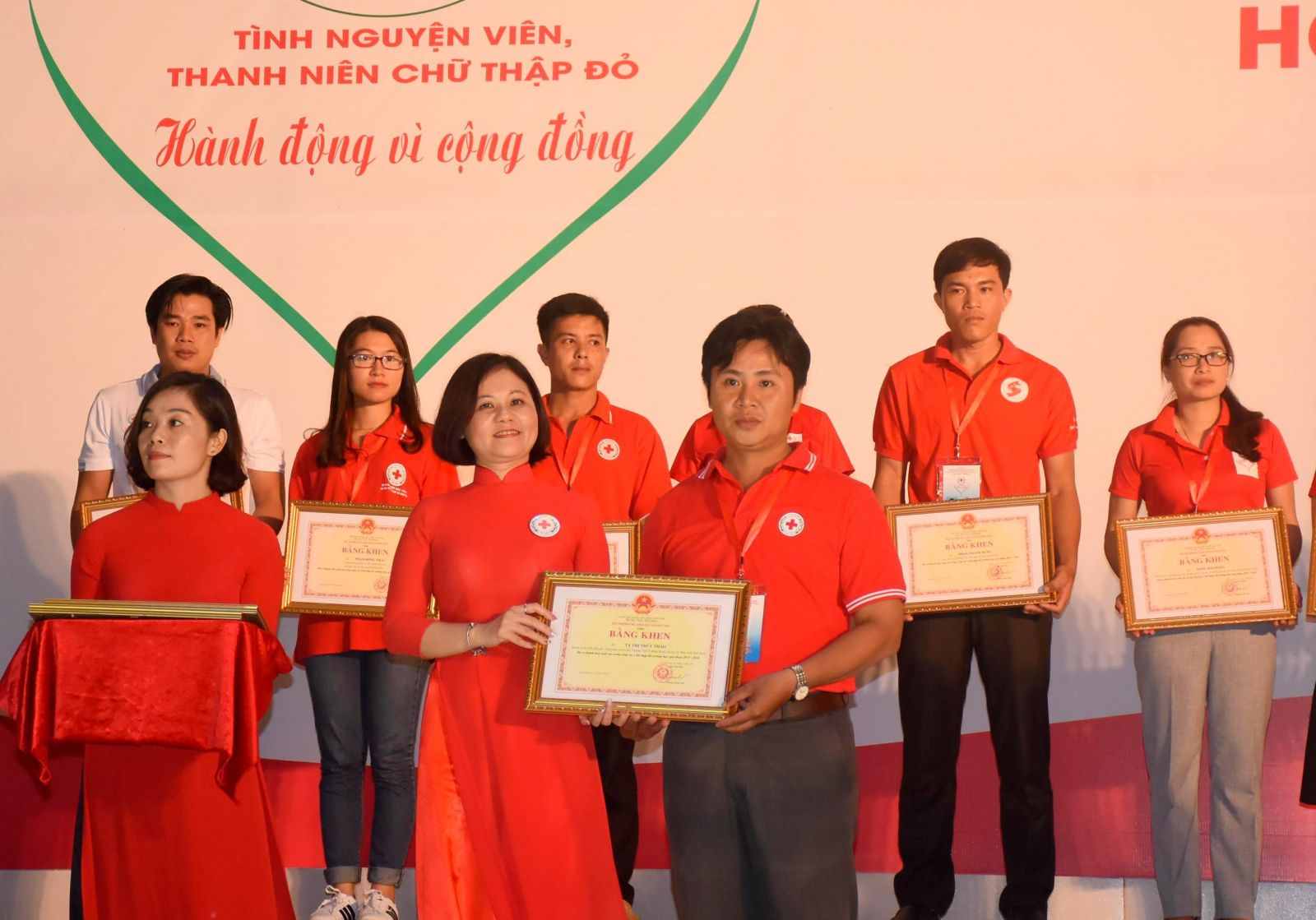 Bà Trần Thị Hồng An, Phó Chủ tịch Trung ương Hội CTĐ Việt Nam trao Bằng khen của Trung ương Hội cho TNV tiêu biểu toàn quốc. Ảnh: X.Đào