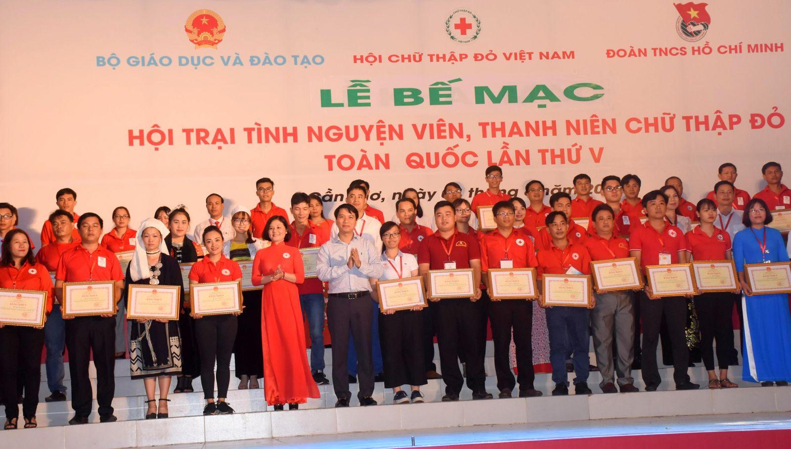Lãnh đạo Trung ương Hội CTĐ Việt Nam và Trung ương Đoàn Thanh niên Cộng sản Hồ Chí Minh trao Bằng khen của Trung ương Hội cho 60 TNV tiêu biểu toàn quốc. Ảnh: X.Đào