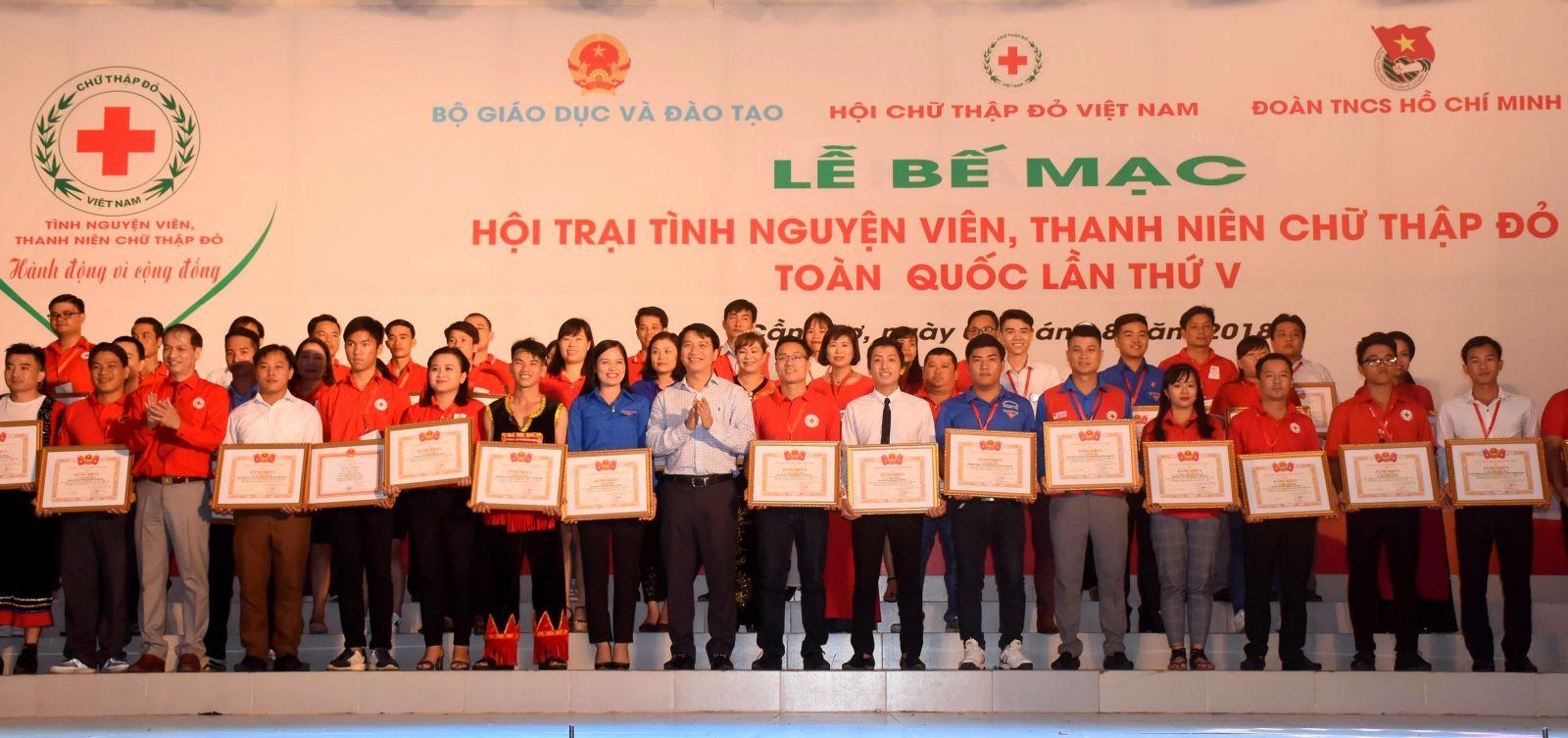 Lãnh đạo Trung ương Đoàn Thanh niên Cộng sản Hồ Chí Minh và Trung ương Hội CTĐ Việt Nam trao Bằng khen của Trung ương Đoàn cho 60 TNV tiêu biểu toàn quốc. Ảnh: X.Đào