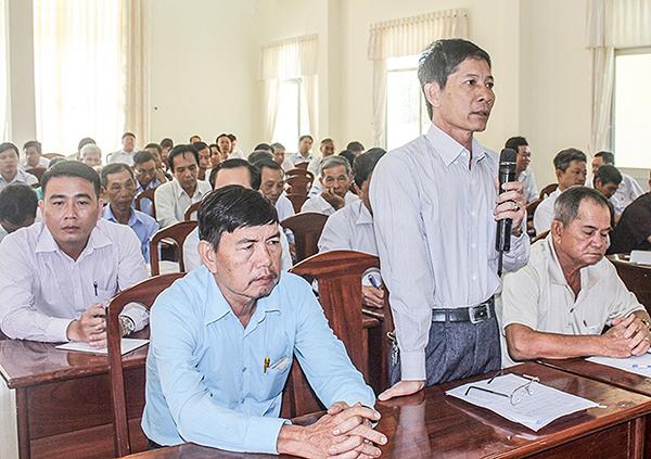 Cán bộ, đảng viên cơ sở góp ý, kiến nghị với Ban Thường vụ Quận ủy Bình Thủy trong buổi gặp gỡ, đối thoại. Ảnh: QUỲNH LAM