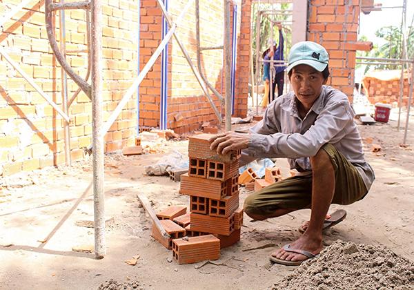 """Ông Huỳnh Văn Lâm rất vui mừng khi được các cấp Hội quan tâm, hỗ trợ xây nhà """"Mái ấm nông dân"""". Ảnh: THANH THƯ"""