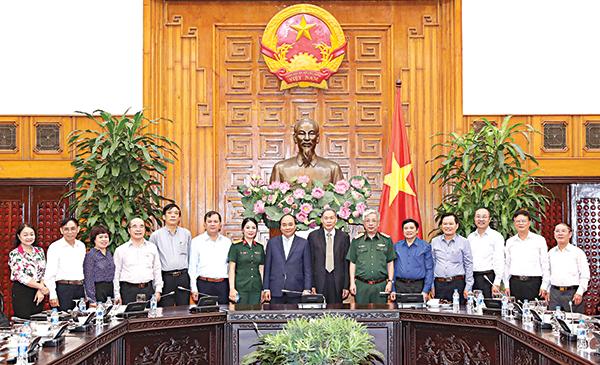 Thủ tướng Nguyễn Xuân Phúc với các đại biểu thuộc Trung ương Hội Nạn nhân chất độc da cam/dioxin Việt Nam. Ảnh: THỐNG NHẤT – TTXVN
