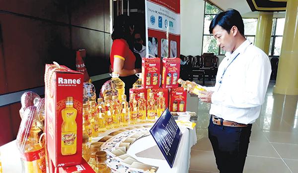 Dầu ăn Ranee, sản phẩm giá trị gia tăng của Tập đoàn Sao Mai được trưng bày, giới thiệu bên lề Hội nghị KH&CN vùng ĐBSCL tại tỉnh Tiền Giang. Ảnh: MINH HUYỀN