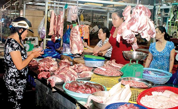 Mua bán thịt heo tại chợ Nhà lồng 3, Trung tâm Thương mại Cái Khế, TP Cần Thơ. Ảnh: KHÁNH TRUNG