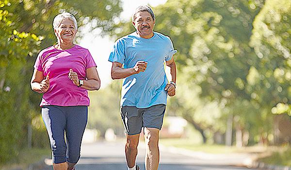 Bắt đầu tập thể dục từ tuổi trung niên vẫn có lợi cho tim. Ảnh: Healthcentral