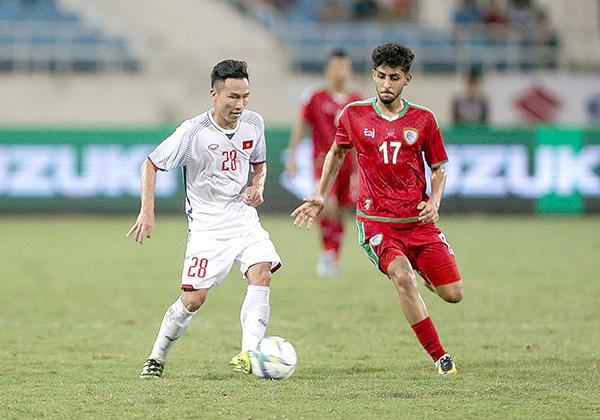 Triệu Việt Hưng (trái) lần đầu tiên đá chính ở tuyển Olympic Việt Nam trong trận gặp Olympic Oman. Ảnh: DƯƠNG THU