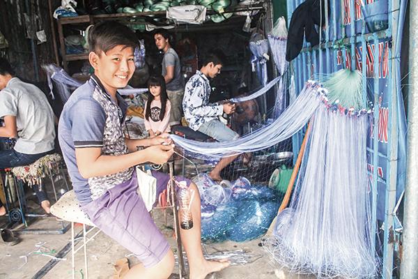Hoạt động sản xuất ngư cụ tại Làng nghề đan lưới Thơm Rơm, quận Thốt Nốt, TP Cần Thơ. Ảnh: KHÁNH TRUNG
