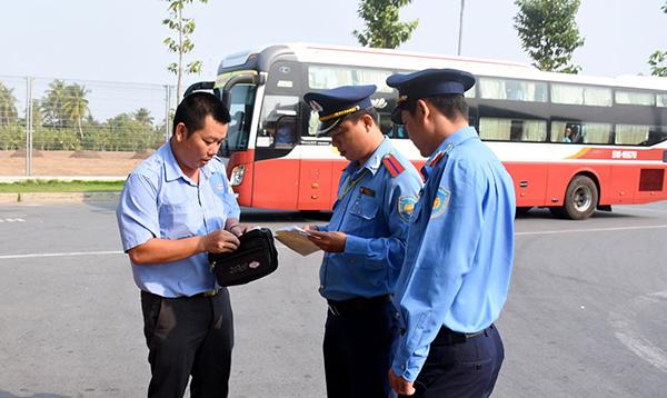 Thanh tra Sở GTVT TP Cần Thơ kiểm tra giấy xuất bến của phương tiện vận tải hành khách tại bến xe khách trung tâm (91B). Ảnh: TRẦN VŨ TRỌNG