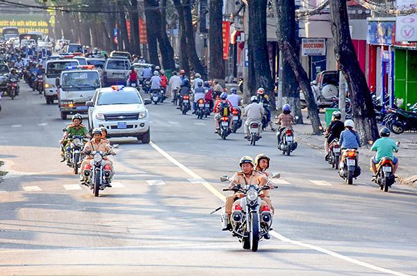 CSGT và Cảnh sát trật tự trực tiếp dẫn đoàn xe lưu thông trên đường Nguyễn Trãi, quận Ninh Kiều. Ảnh: XUÂN ĐÀO