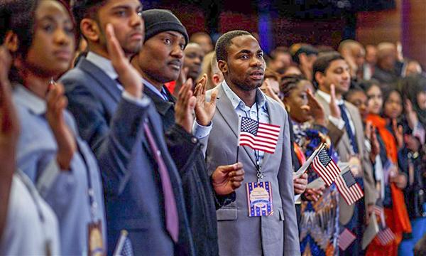 Các công dân mới của nước Mỹ tuyên thệ trong một buổi lễ nhập quốc tịch tại New York. Ảnh: EPA