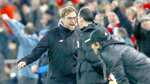 HLV Liverpool Jurgen Klopp (trái) nổi nóng với trọng tài. Ảnh: Metro
