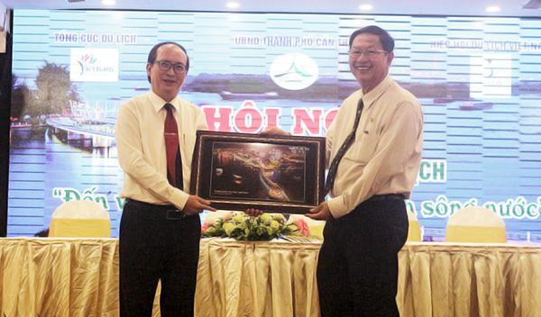 Ông Lê Văn Tâm (phải)- Phó Chủ tịch Thường trực UBND TP Cần Thơ trao quà lưu niệm cho ông Phan Đình Phùng- Phó Chủ tịch UBND tỉnh Phú Yên