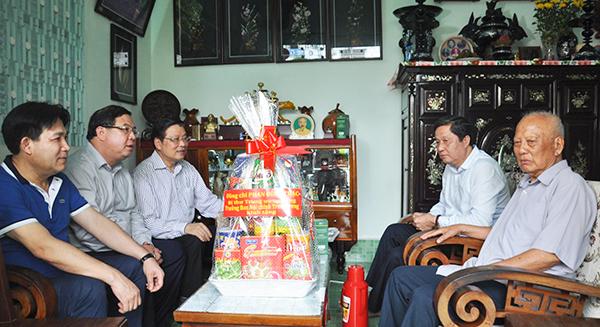 Đoàn thăm hỏi đồng chí Lê Phước Thọ, nguyên Ủy viên Bộ Chính trị, nguyên Trưởng Ban Tổ chức Trung ương. Ảnh: ANH DŨNG