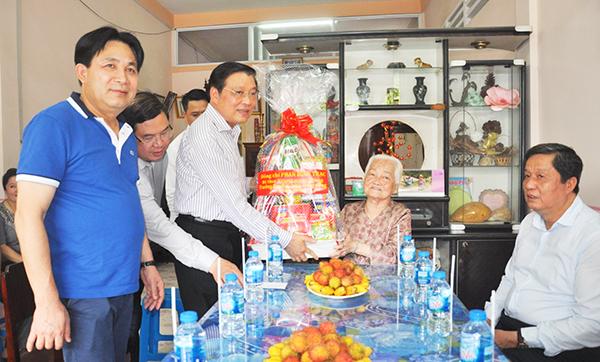Đồng chí Phan Đình Trạc, Trưởng Ban Nội chính Trung ương tặng quà Mẹ Việt Nam Anh hùng Phan Thị Hai. Ảnh: ANH DŨNG