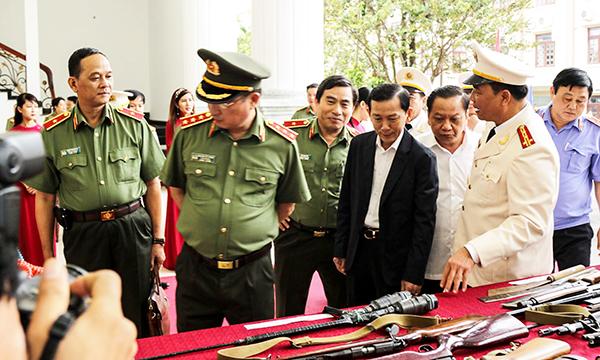 Giám đốc  Công an TP Cần Thơ Trần Ngọc Hạnh giới thiệu với đại biểu tang vật thu giữ trong đấu tranh, phòng chống tội phạm. Ảnh: KIỀU CHINH