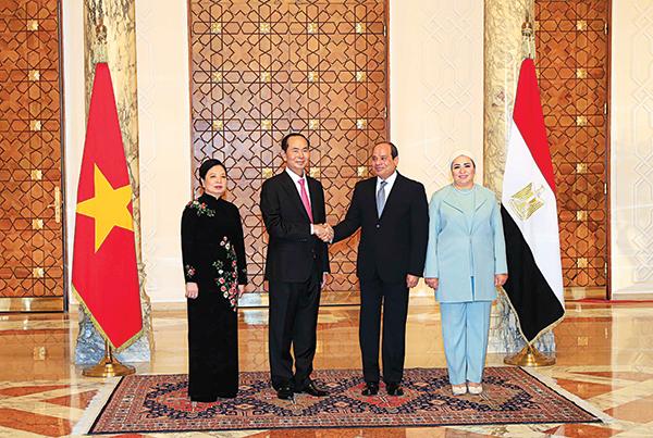 Tổng thống Ai Cập Abdel Fattah Al Sisi và Phu nhân đón Chủ tịch nước Trần Đại Quang và Phu nhân. Ảnh: NHAN SÁNG - TTXVN
