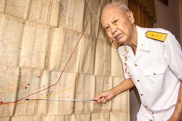 Thuyền trưởng, Anh hùng lực lượng vũ trang Nhân dân Nguyễn Hữu Phước và tấm Hải đồ Việt Nam. Ảnh: PHẠM TRUNG