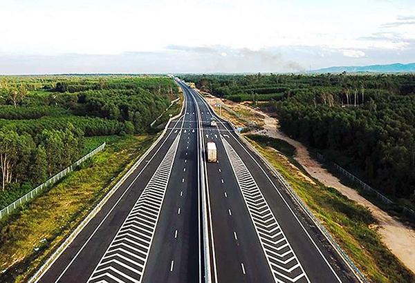 Đường cao tốc Đà Nẵng - Quảng Ngãi.