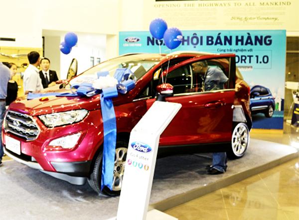 Khách hàng tìm hiểu các tính năng của mẫu xe Ford Ecosport tại Cần Thơ Ford. Ảnh: THANH ĐÌNH