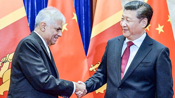 Thủ tướng Sri Lanka Ranil Wickremesinghe (trái) bắt tay Chủ tịch Trung Quốc Tập Cận Bình trong cuộc gặp hồi tháng 4-2016. Ảnh: AP