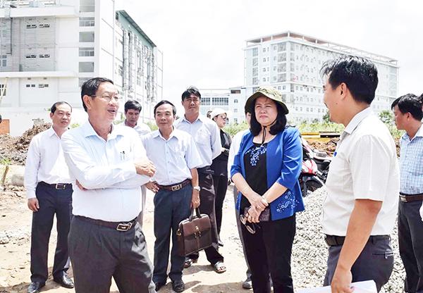 Phó Chủ tịch Thường trực UBND thành phố Lê Văn Tâm (hàng đầu, bên trái) cùng các sở, ngành tại công trình xây dựng Trung tâm Chăm sóc sức khỏe sinh sản  (đường số 5, thuộc Khu đô thị hai bên đường Nguyễn Văn Cừ). Ảnh: H.HOA