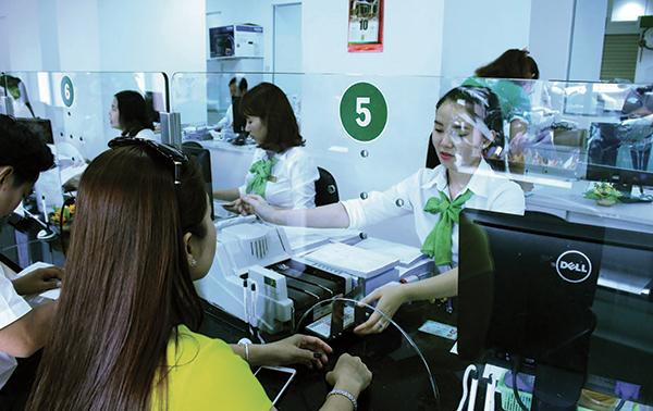 Khách hàng đến giao dịch tại Vietcombank Cần Thơ. Ảnh: MINH HUYỀN