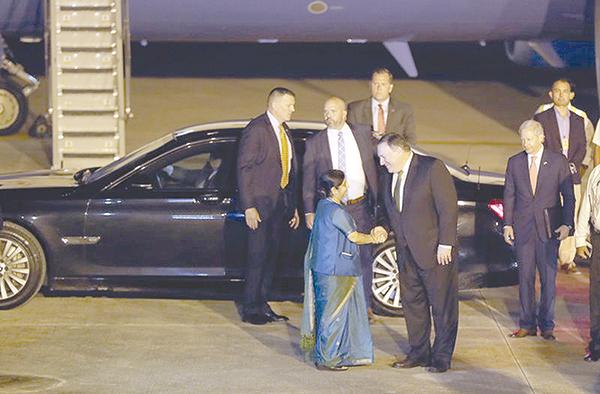 Ngoại trưởng Ấn Độ Swaraj (trái) bắt tay người đồng cấp Mỹ Pompeo tại sân bay hôm 5-9. Ảnh: AP