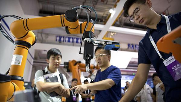 Chuyên gia làm việc tại một nhà máy ở Trung Quốc. Ảnh: SCMP