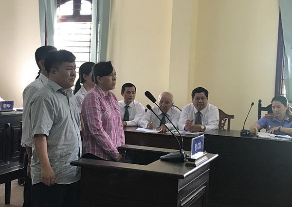 Phan Bá Tòng (hàng đầu, bìa trái) và các bị cáo khác tại phiên tòa. Ảnh: KIỀU CHINH