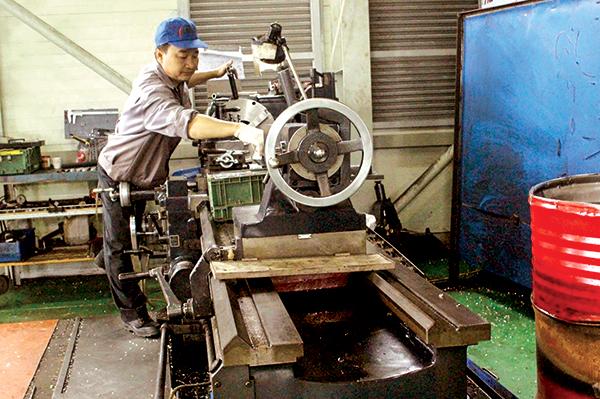 Máy móc được trang bị tại Xưởng Cơ khí, Vườn ươm Công nghệ Công nghiệp Việt Nam-Hàn Quốc. Ảnh: MỸ THANH