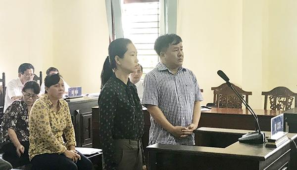 Phan Bá Tòng và Huỳnh Thanh Trúc trả lời thẩm vấn HĐXX. Ảnh: KIỀU CHINH