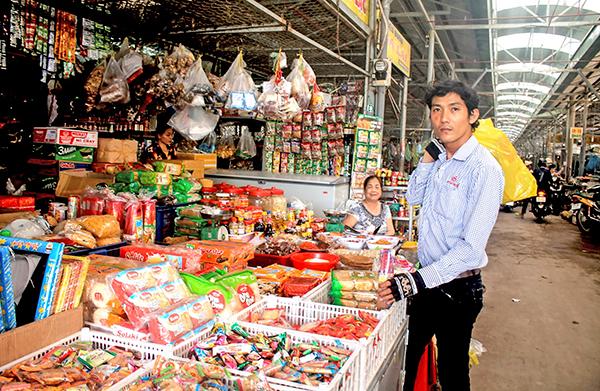 Mua bán hàng hóa tại chợ thị trấn Cờ Đỏ, huyện Cờ Đỏ, TP Cần Thơ. Ảnh: KHÁNH TRUNG