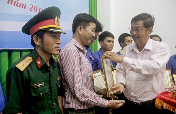 Đồng chí Lê Văn Tâm trao Bằng khen của Chủ tịch UBND thành phố cho các tập thể có thành tích xuất sắc trong Chiến dịch Thanh niên tình nguyện hè năm 2018. Ảnh: Q. THÁI