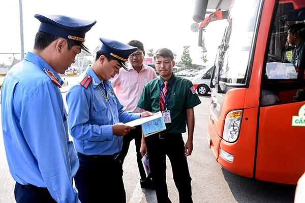 Thanh tra Sở GTVT TP Cần Thơ kiểm tra về điều kiện kinh doanh vận tải hành khách bằng ô tô Chi nhánh Công ty Cổ phần xe khách Phương Trang. Ảnh: XUÂN ĐÀO