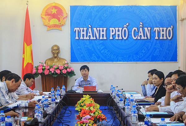 Phó Chủ tịch UBND TP Cần Thơ Trương Quang Hoài Nam cùng các đại biểu tham dự họp tại điểm cầu trực tuyến ở TP Cần Thơ. Ảnh: KHÁNH TRUNG
