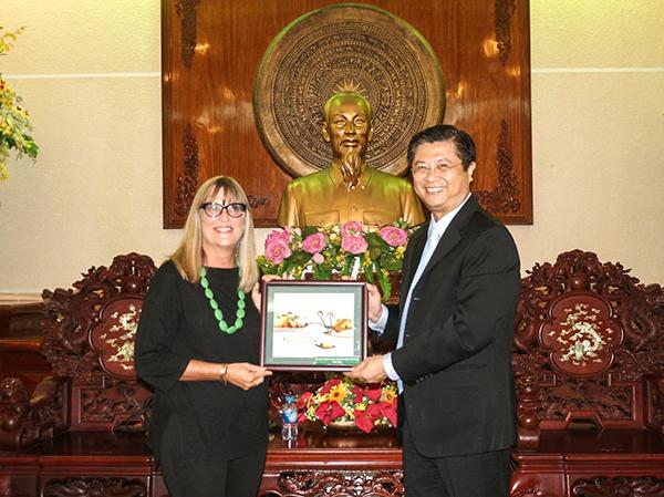 Phó Chủ tịch Trương Quang Hoài Nam tặng quà lưu niệm cho Tổng Lãnh sự Úc. Ảnh: NAM HƯƠNG