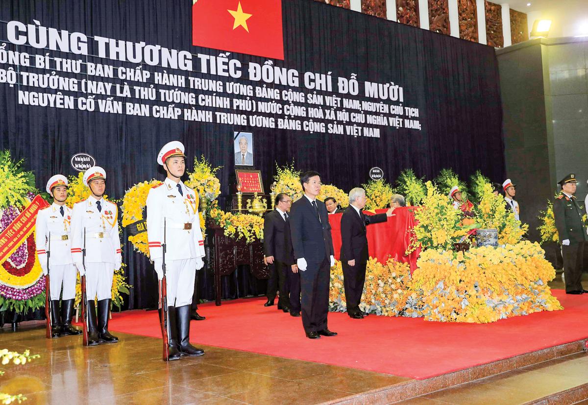 Tổng Bí thư Nguyễn Phú Trọng và các đồng chí lãnh đạo, nguyên lãnh đạo Đảng, Nhà nước đi vòng quanh linh cữu lần cuối, vĩnh biệt đồng chí Đỗ Mười. Ảnh: NHAN SÁNG  (TTXVN)