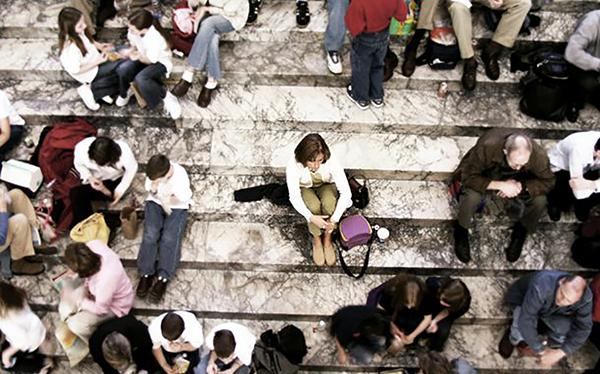 Cô đơn là dù ở giữa đám đông nhưng người ta vẫn cảm thấy lẻ loi, cô độc. Ảnh:superhero-therapy.com
