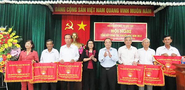 Bà Võ Thị Hồng Ánh (thứ 4 từ trái qua), Phó Chủ tịch UBND TP Cần Thơ và lãnh đạo HKH thành phố trao Cờ thi đua cho 6 đơn vị. Ảnh: B.Ngọc